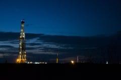 Plateforme pétrolière la nuit photos stock