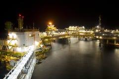 Plateforme pétrolière la nuit Images libres de droits