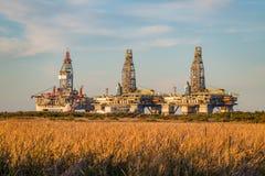 Plateformes pétrolières attendant dans le port Aransas, TX photos stock