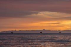 Plateformes pétrolières en mer images stock