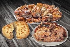 Plateful των γαστρονομικών φρέσκων ψημένων οβελός φετών χοιρινού κρέατος και του Juicy ζαμπόν χοιριδίων με τη σχισμένη φραντζόλα  Στοκ φωτογραφία με δικαίωμα ελεύθερης χρήσης