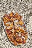 Plateful ψημένων των οβελός φετών χοιρινού κρέατος που τίθενται στο τραχύ αγροτικό υφαμένο Raffia χαλί θέσεων Στοκ εικόνα με δικαίωμα ελεύθερης χρήσης