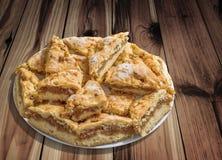 Plateful ленивых кусков яблочного пирога установленных на завязанную таблицу сада древесины сосны Стоковые Изображения