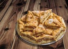 Plateful ленивых кусков яблочного пирога установленных на завязанную таблицу сада древесины сосны Стоковые Фотографии RF