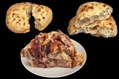 Plateful изысканное сочного свеже плюет зажаренную в духовке ветчину свинины при 2 хлебца Pitta сорванных хлебом изолированного н Стоковая Фотография
