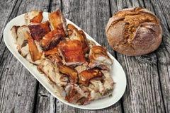 Plateful изысканным зажаренных в духовке вертелом кусков мяса свинины при хлебец хлеба монастыря темный Wholegrain установленный  Стоковые Изображения