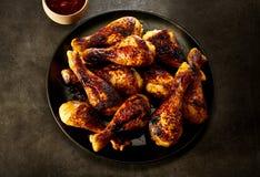 Plateful очень вкусных пряных зажаренных ног цыпленка Стоковое Фото