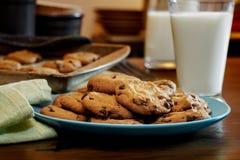 Plateful czekoladowego układu scalonego ciastka świezi i ciepli z ove zdjęcia stock