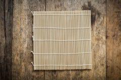 Platemat de bambú en fondo de madera Imágenes de archivo libres de regalías