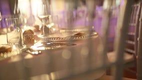 Platen bij het huwelijksbanket Dien het plaatsen in De decoratie van het huwelijk stock videobeelden