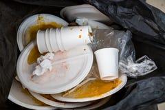 Platen en koppen van het milieu de de vijandige storaxschuim in plastic gewaad stock foto's