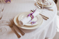 Platen en vorken op de lijst Royalty-vrije Stock Foto's