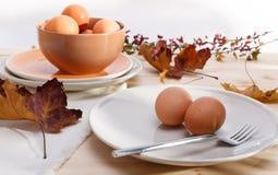 Platen met eieren Stock Afbeeldingen