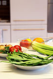 Platen met gezond voedsel op de witte keukenlijst Stock Foto