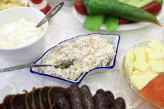 Platen met salade en snack royalty-vrije stock afbeeldingen