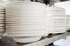 Platen in professionele keuken stock afbeelding