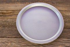Platen van het middagmaal de plastic ronde voedsel op houten achtergrond stock afbeeldingen
