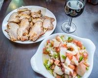 Platen van tapas en glas rode wijn in Sevilla Stock Fotografie