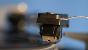 Platenspeler die een ouderwets uitstekend vinylverslag spelen stock video