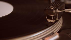 Platenspeler die een ouderwets uitstekend vinylverslag spelen stock videobeelden