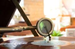 Platenspelernaald op een roterende schijf, muziekhulpmiddelen Stock Afbeeldingen