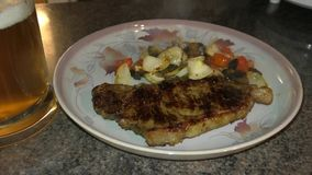 Plateren up/serving de biefstuk en de groenten stock footage