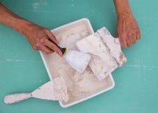 Platering hjälpmedel för murbruk som plastemurslevspateln arkivbild