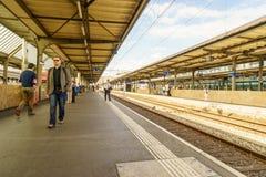 Plates-formes à la gare ferroviaire d'aéroport de Genève-Cornavin Photos stock