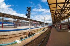 Plates-formes dans le terminal de rail de Moskovsky Images stock