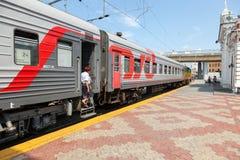 Plates-formes dans le terminal de rail de Moskovsky dans l'été Images stock