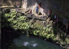 Plates-formes de plongée dans le cenote d'Ik Kil en parc archéologique d'Ik Kil images libres de droits