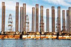 Plates-formes pétrolières abandonnées photographie stock libre de droits