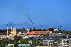 Plates-formes pétrolières brûlant sur le Curaçao Photos libres de droits