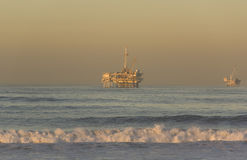 Plates-formes pétrolières extraterritoriales Huntington Beach la Californie Photographie stock libre de droits