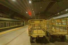 Platfor σταθμών σιδηροδρομικών σταθμών τη νύχτα στοκ εικόνες