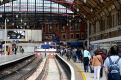 Platfor de la estación de tren de Londres Victoria del carril británico Foto de archivo