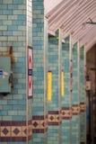 Platform bij de Ondergrondse Post van Aldgate, Londen die postnaam in TFL tonen roundel royalty-vrije stock afbeelding