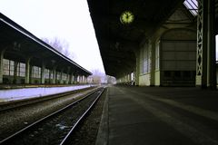 Platform clock and benches without people and no train Royalty Free Stock Photography