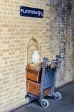 Platform 9 en 3/4 van de films van Harry Potter bij Koningen Dwarssta Stock Fotografie