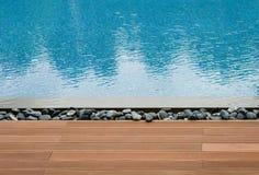 Platform naast zwembad Stock Afbeeldingen