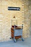 Platform negen drie - kwarten bij de Konings` s Dwarsstatio van Londen ` s royalty-vrije stock afbeeldingen