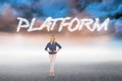 Platform tegen bewolkte landschapsachtergrond Royalty-vrije Stock Foto
