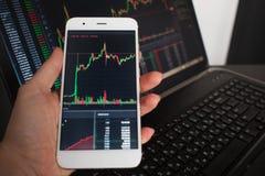 Platform usługi dla inwestycji w cryptocurrency Użytkownik monitoruje ochrona rynek obraz royalty free