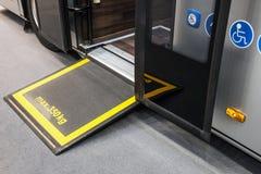 Platforma dla wózków inwalidzkich w kabinie comfortabl i nowożytny zdjęcie royalty free