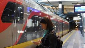 Platforma i pusty regionalność pociąg na ścieżce zdjęcie wideo