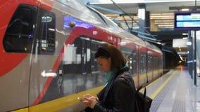 Platforma i pusty regionalność pociąg na ścieżce zbiory