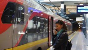 Platforma i pusty regionalność pociąg na ścieżce zbiory wideo