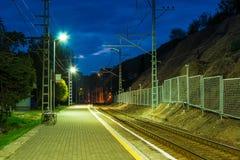 Platforma stacja kolejowa i linia kolejowa przy zmierzchem Zdjęcia Stock