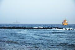 PLATFORMA WIERTNICZA NA wybrzeżu Obrazy Royalty Free