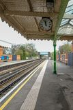 Platforma, zegar i linia kolejowa przy stacją metru, Obrazy Stock
